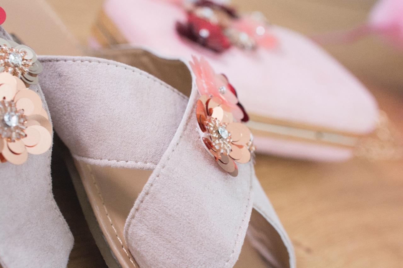 """a48e62e2a3cc1b """"Om mijn bloemen clutch hélemaal te matchen met mijn schoenen, pimp ik mijn  slippers heel eenvoudige met dezelfde roze bloemen. TIP: Heb je nog een paar  ..."""